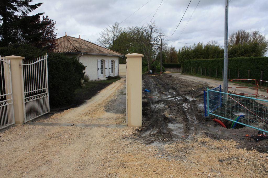 voisin a déjà refait son entrée, travaux ERDF en cours, ligne aérienne tjs pas entérrée