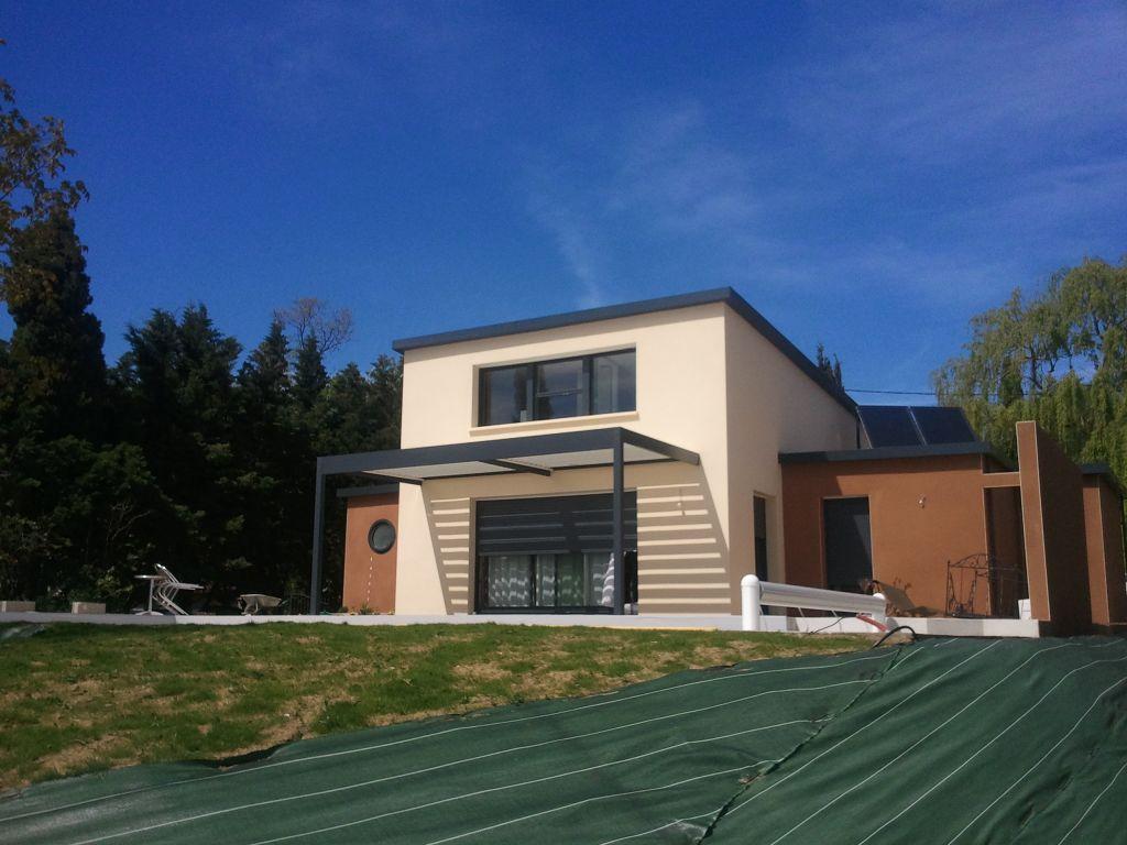 Pergola bioclimatique, en alu RAL 7016 comme les menuiseries extérieures de la maison. - Le toit est en lames horizontales orientables en fonction du soleil, ...