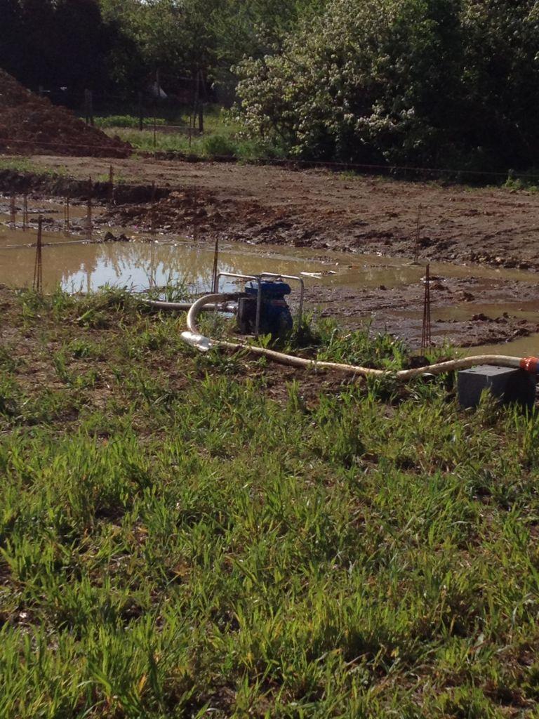 Pompage pour vider toute cette eau qui va bien perturber le démarrage du vide sanitaire...