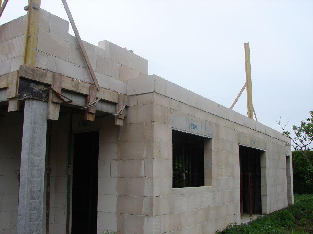 20120522 - Vue Est - On commence à voir l'étage qui déborde du RDC ...