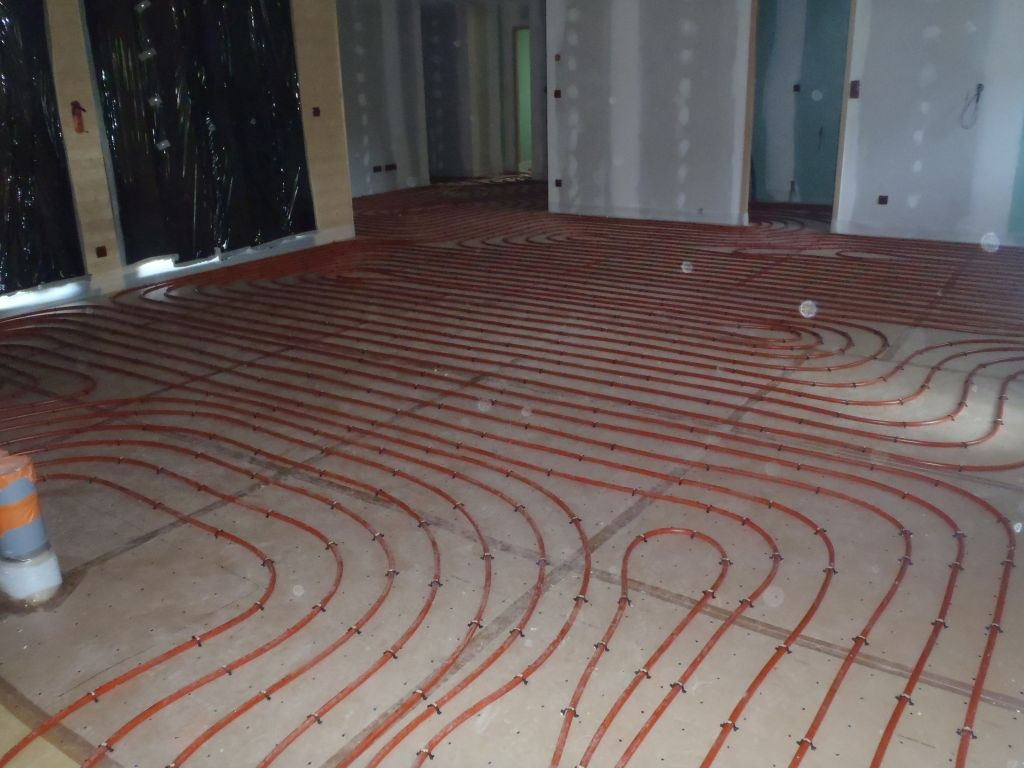 fin de l'installation des tuyaux pour le chauffage au sol