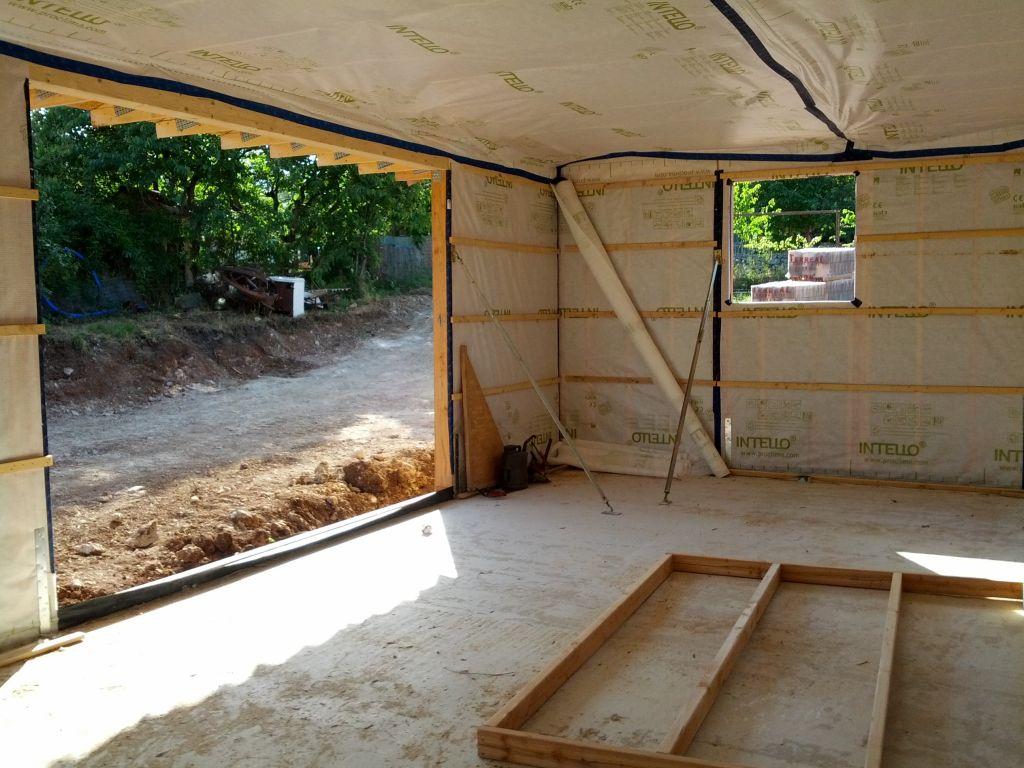 La cuisine, sa petite fenêtre et sa baie vitrée de 3m50