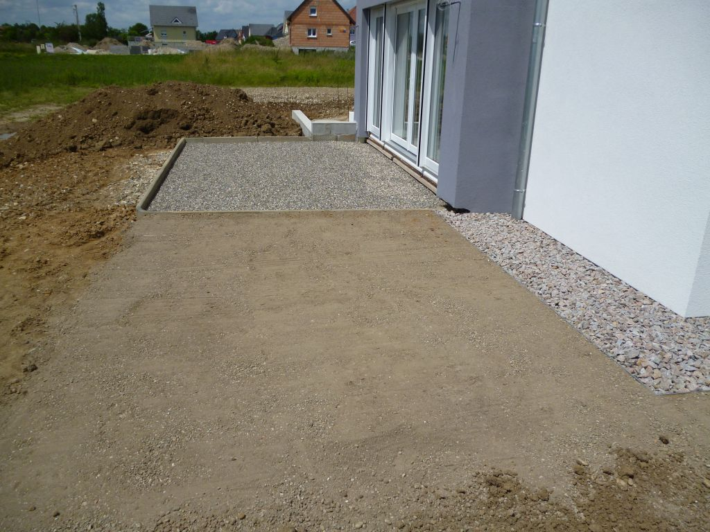 Gravillons ou gravier en pied de mur d une maison for Devant de maison en gravier