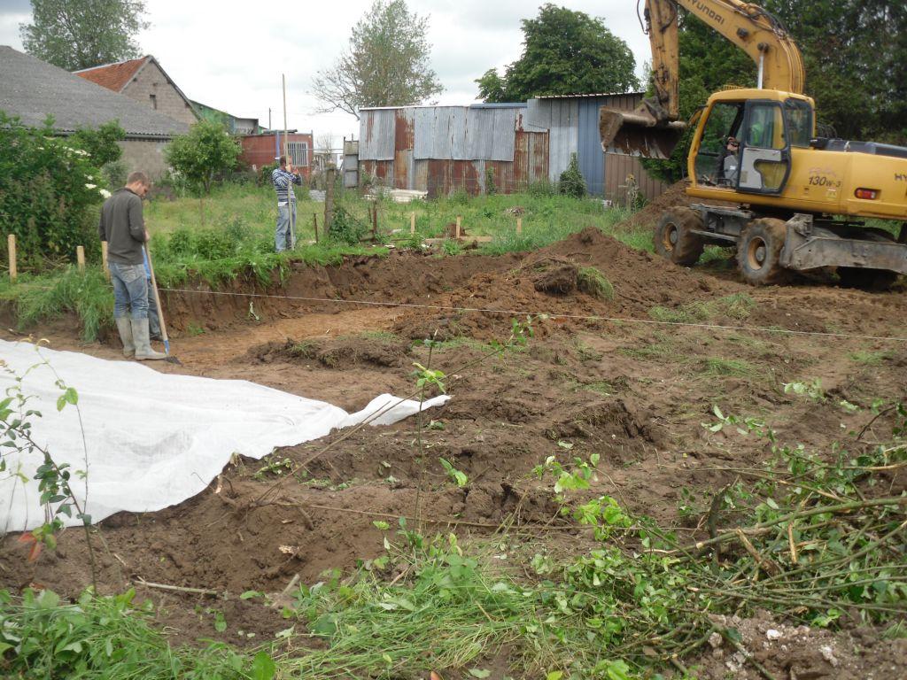 terrain en pente donc il faut creusé pour nivelé!!