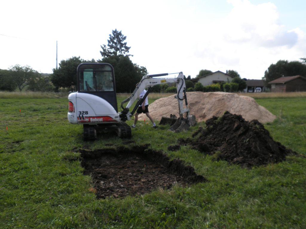 Mini pelle 3T. Commence des fouilles pour la fosse toutes eaux.