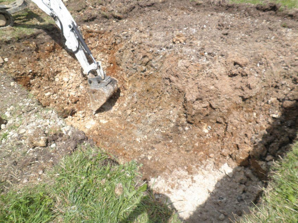 Commence des fouilles pour le filtre à sable vertical drainé.