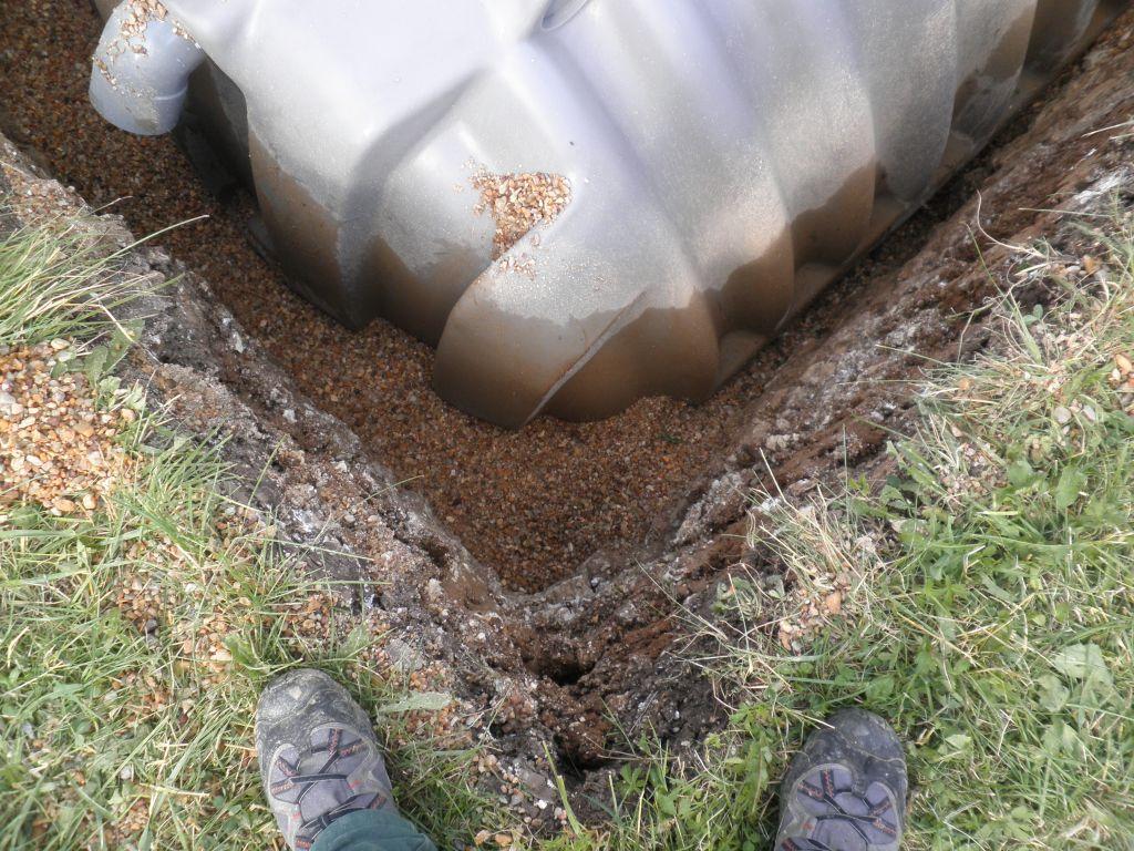 Plus l'eau monte dans la fosse plus on remblai.