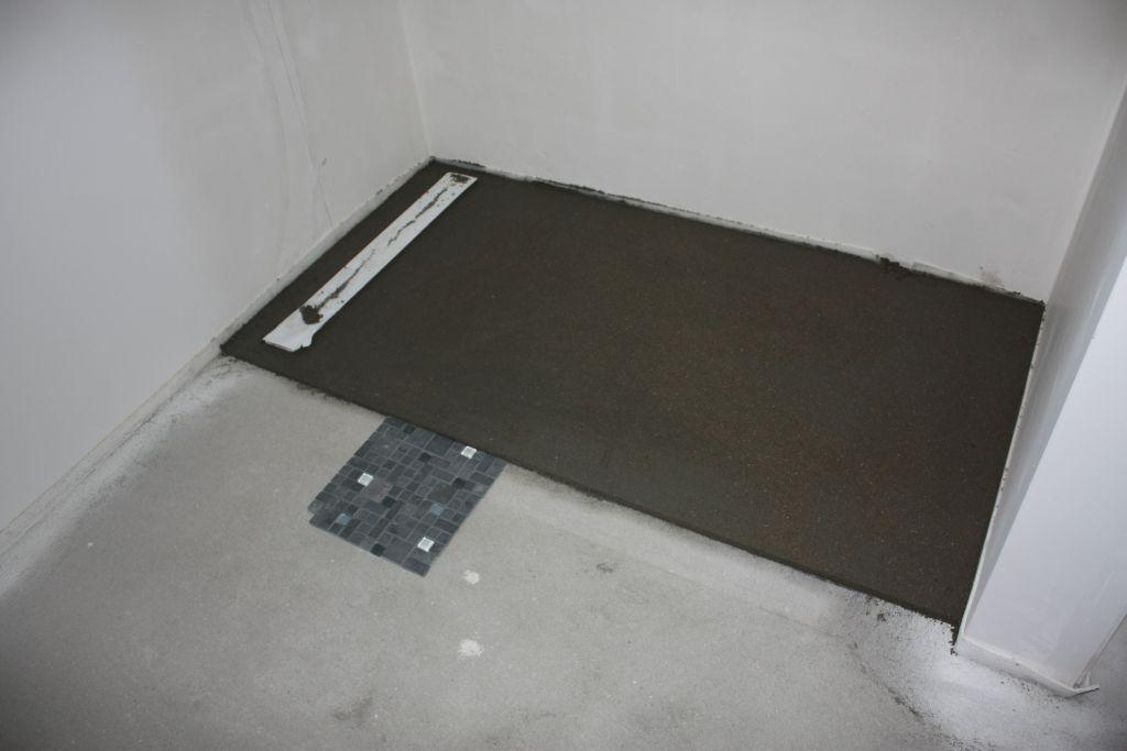 photo chape de la douche a l 39 italienne avec l 39 ardoise comme r vetement carrelage fa ence. Black Bedroom Furniture Sets. Home Design Ideas