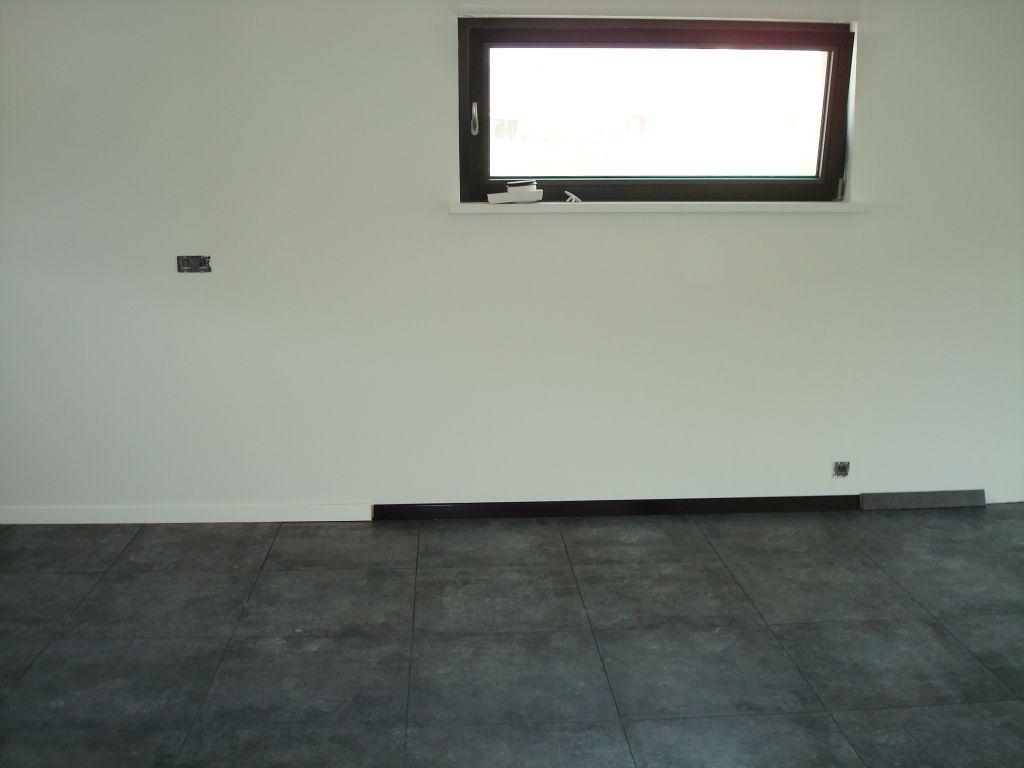 Implantation definitive cuisine notre maison toit plat for Peinture plinthe carrelage