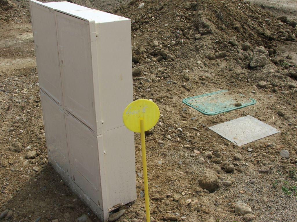 Coffret d'eau et téléphone derrière gaz et EDF