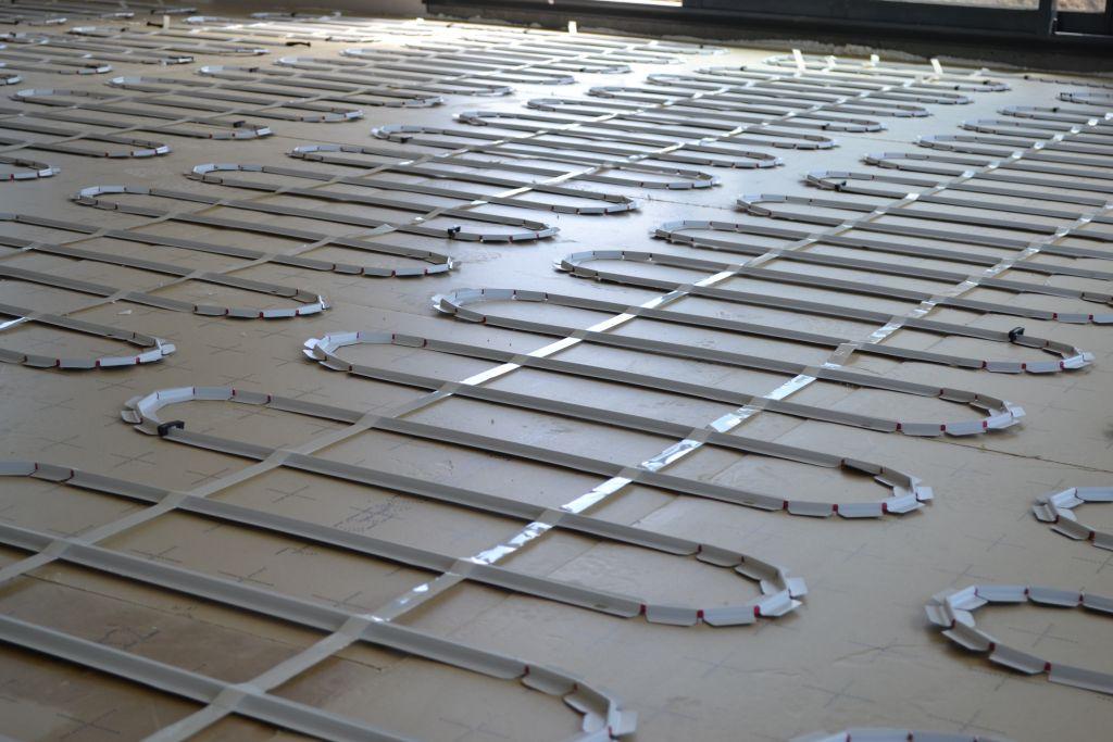 plancher chauffant lectrique coulage de la chape du rdc pose de l 39 escalier la bridoire. Black Bedroom Furniture Sets. Home Design Ideas