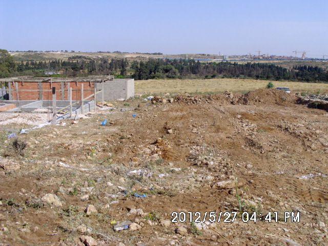 vue sur le terrain apres  <br /> le terrassement