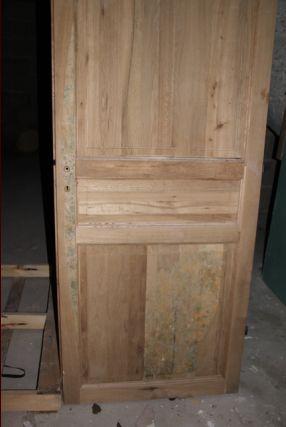 Porte intérieure du sous-sol complètement moisie, nous craignons le pire concernant l'humidité