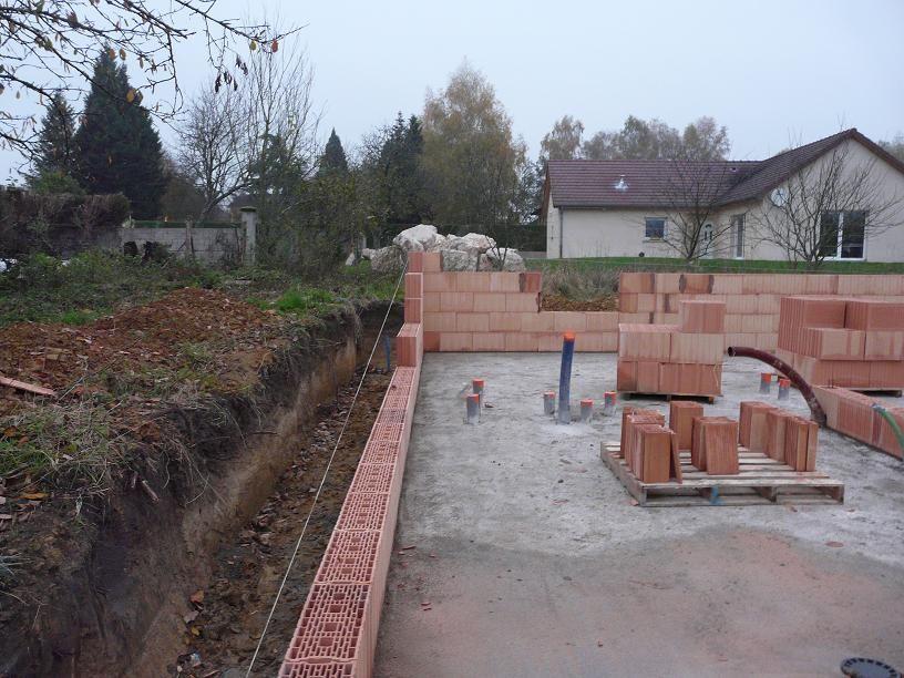 On aperçoit au font les gros cailloux qui serviront au voisin de brise vue, ce qui fait un mur qui change de l'ordinaire