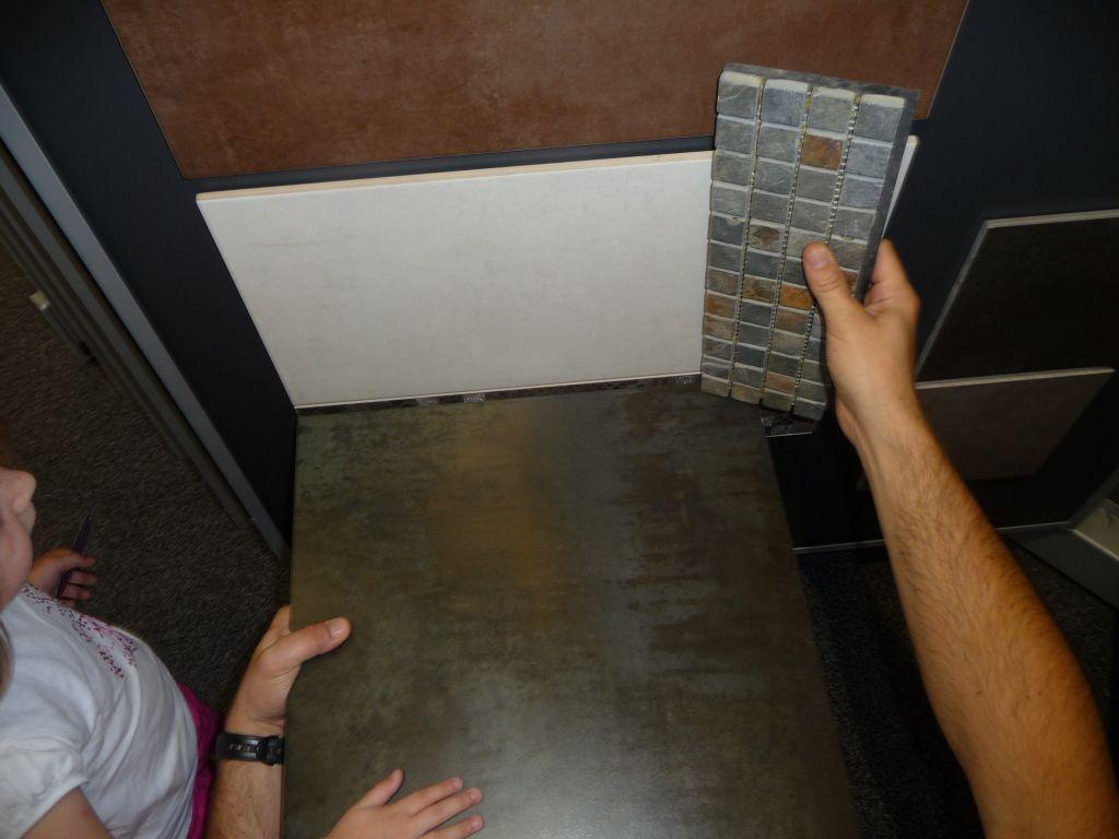 sol oxido 40*40   mur 50*25 blanc cassé   mosaique ardoise rouillée en plaques de 30*30