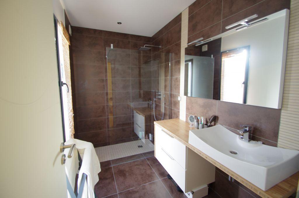comment carreler une salle de bain jusquau plafond best. Black Bedroom Furniture Sets. Home Design Ideas