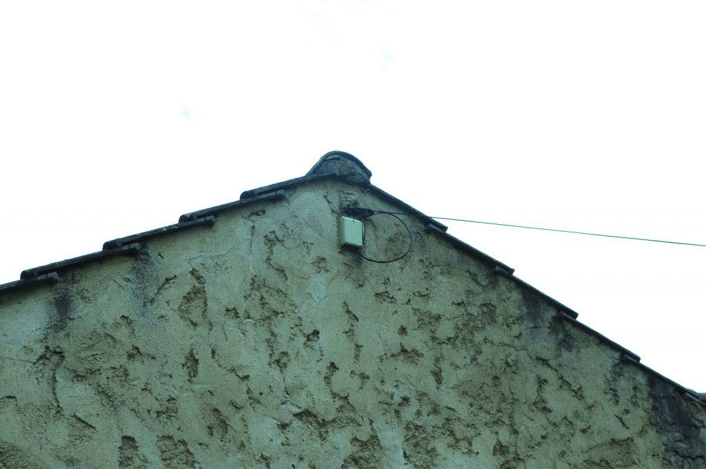 Voici l'endroit où la ligne électrique alimente la maison des voisins.