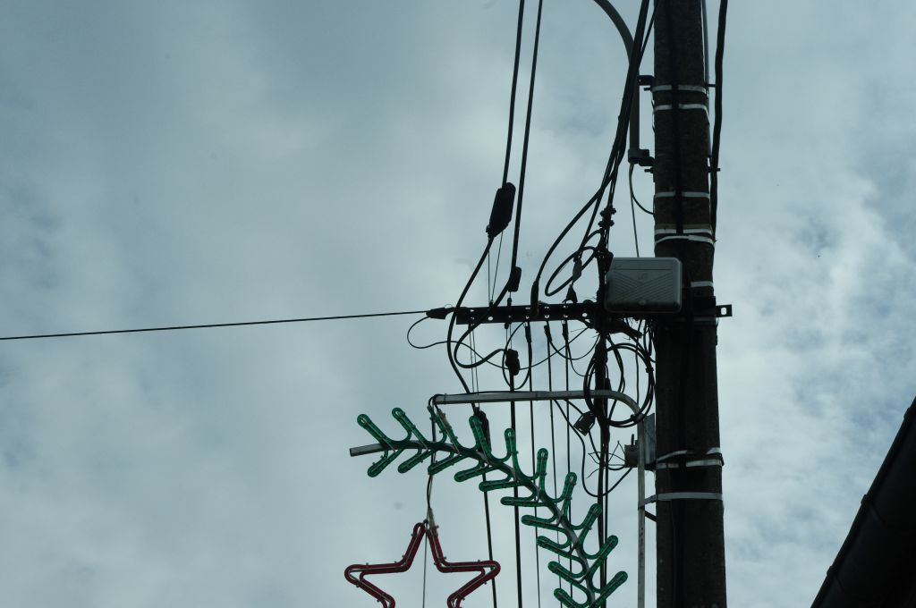 Voici le poteau électrique de la ligne qui passe au dessus de mon terrain.