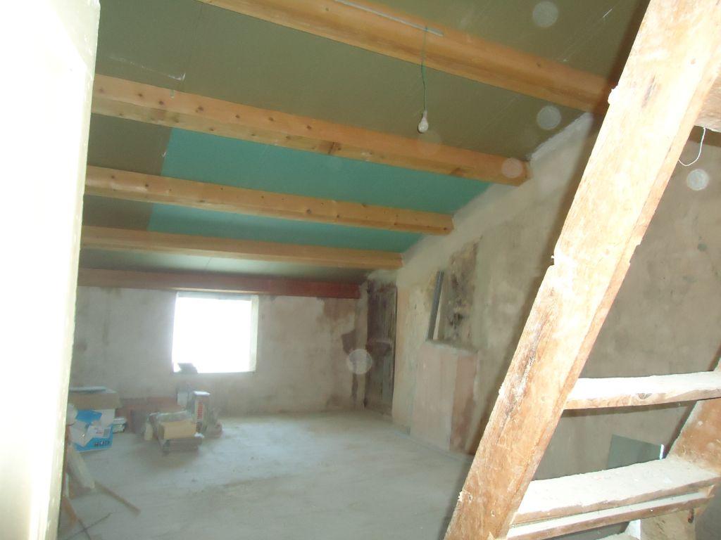 Autres vue de la salle brute du 2ème étage. La charpente et la toiture ont été changées il y a quelques années. Au sol se trouve du carrelage en terre cuite.