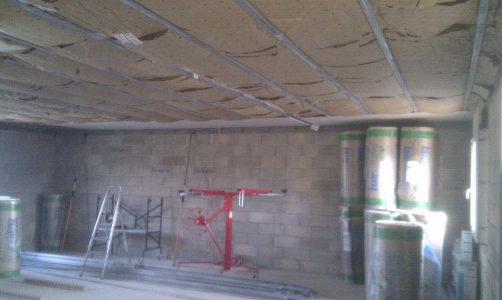 Premières plaques posées au plafond du premier étage, celle de droite est à refaire...