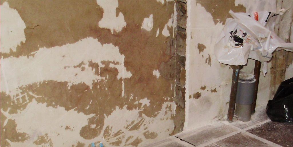 Ce qui subsiste de la cloison alvéolaire entre la sdb et le salon. <br /> Sur la droite, on peut voir les EC EF qui seront utilisés pour la douche et aussi l'évacuation PVC 40 qui à priori ne sera pas utilisée.