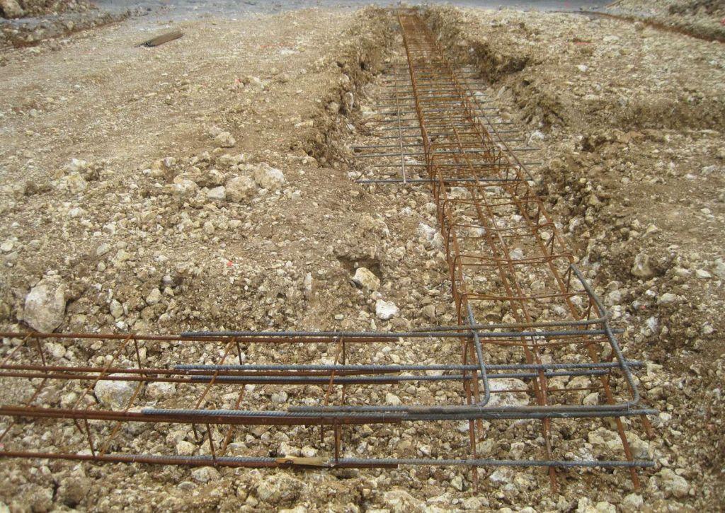 Angle d'armature et ferraillage renforcé à l'emplacement des poteaux.