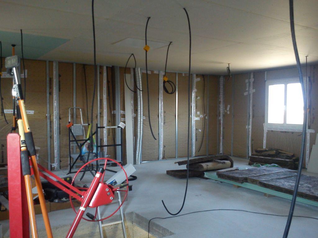 Mise en place de la laine de verre sur les murs du premier étage, presque fini