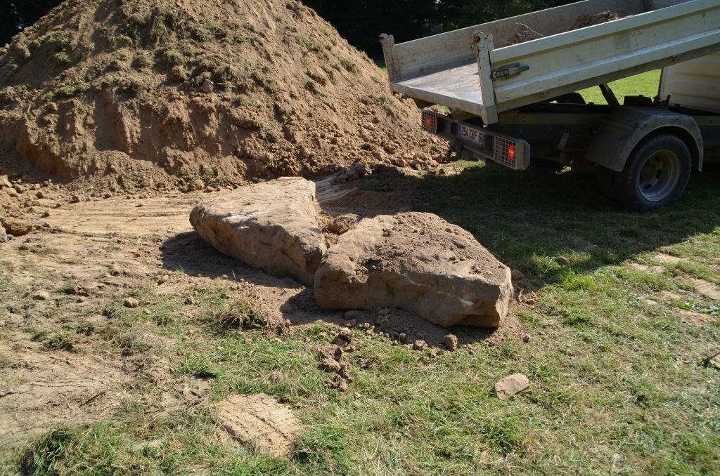 Ouais super des gros blocs de Grès dans notre sol. On a hâte de voir l'étape de l?assainissement.
