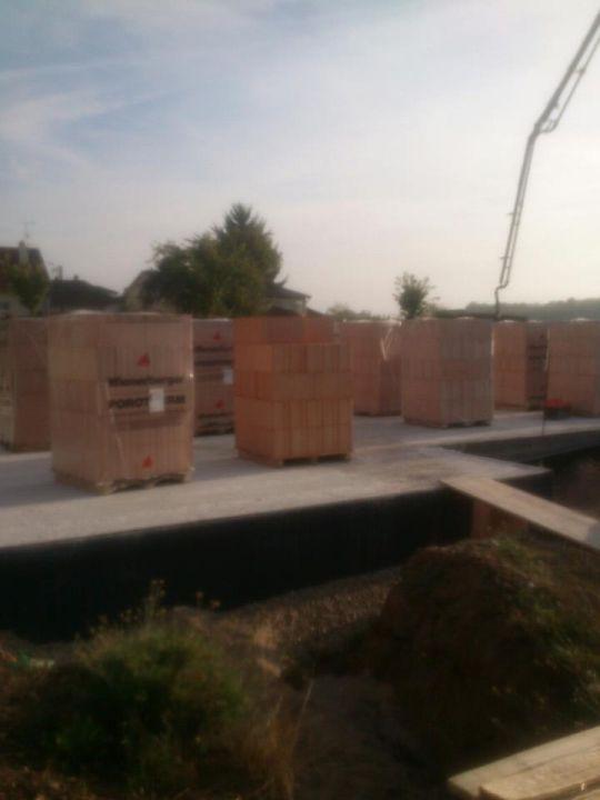 Les briques sur le chantier, en attente des travaux du maçon.