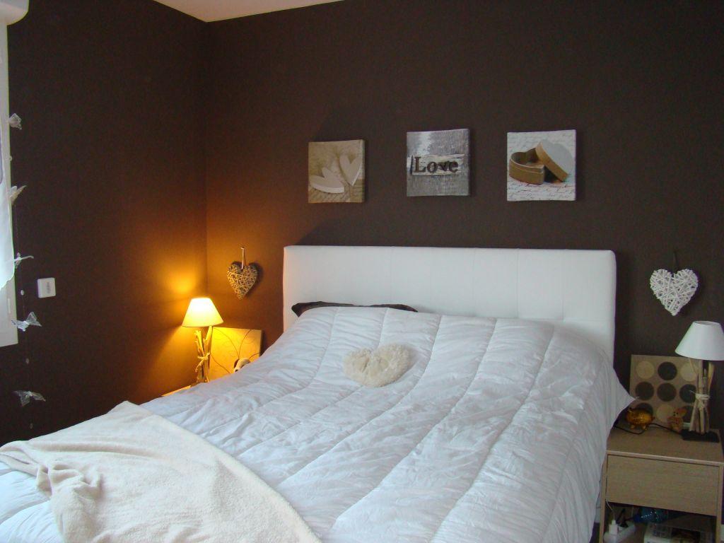 Chambre d'adultes 11.2m2 teintes murales marrons - Eure Et Loir (28) - décembre 2015