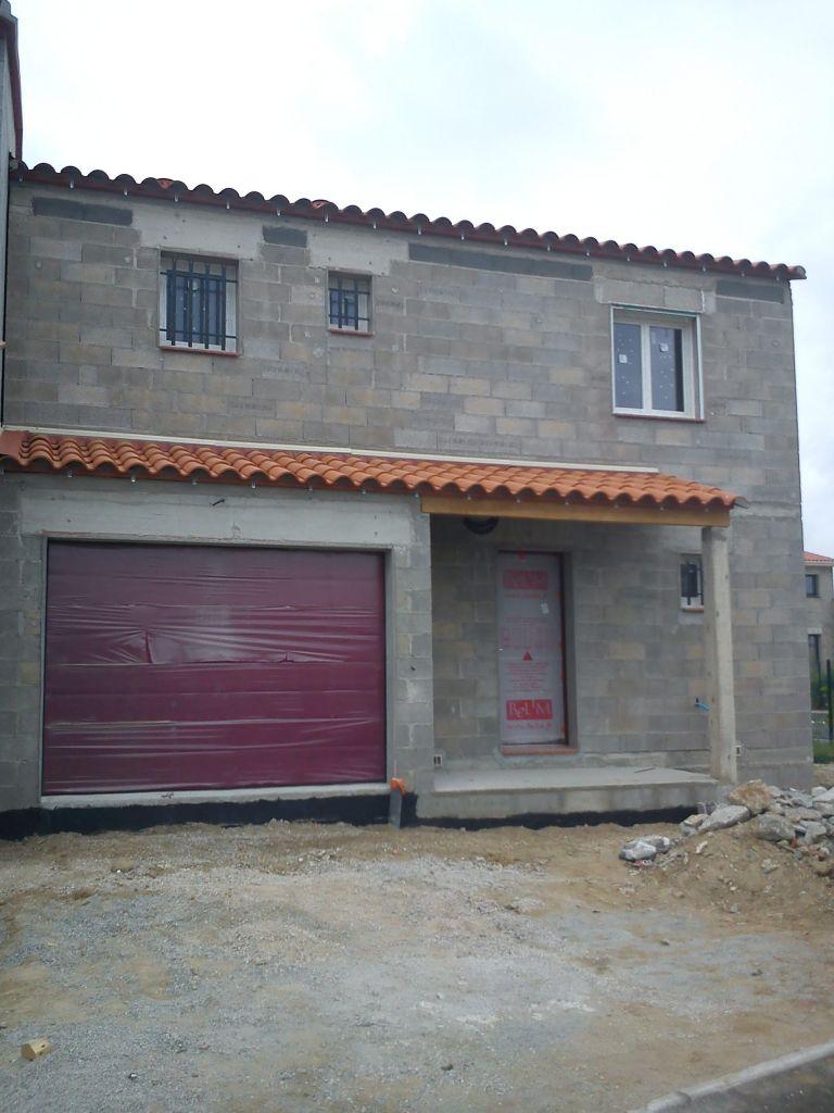 Préparation des façade, fin de l'enduit bitumeux, mise en place des gaines extérieures (sonnette, éclairages, robinets)