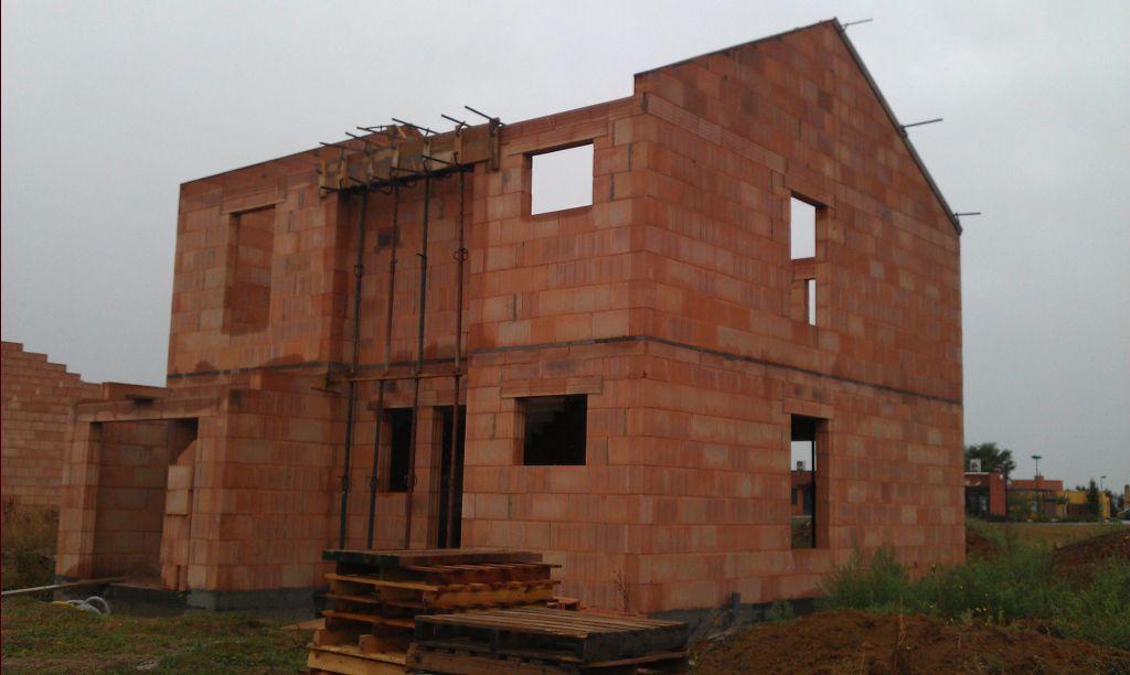 Ca y est ! Les pignons sont montés. Reste à mettre en place les tablettes de fenêtres, et seuil de porte. <br /> Ensuite, toiture et menuiseries extérieures.