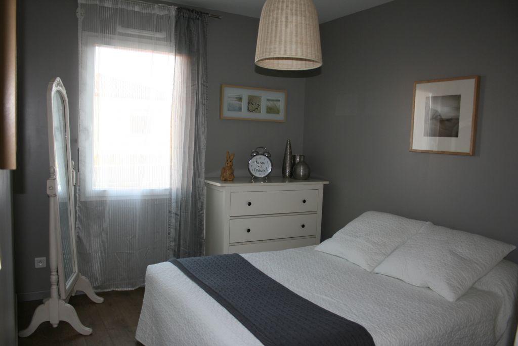 Oui, on aime le gris. Cette chambre étant au Sud, on a tenté le gris foncé car on avait déjà des meubles blancs. Au final, la pièce n'est n'est pas sombre ...