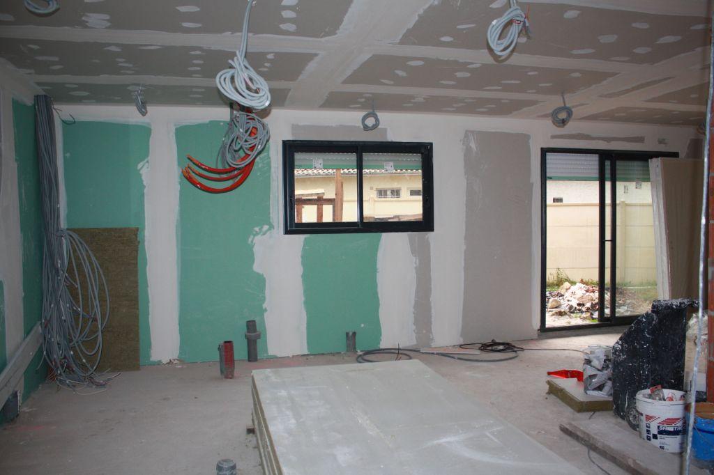 vue depuis couloir d'entrée, à gauche sera futur cellier et cuisine