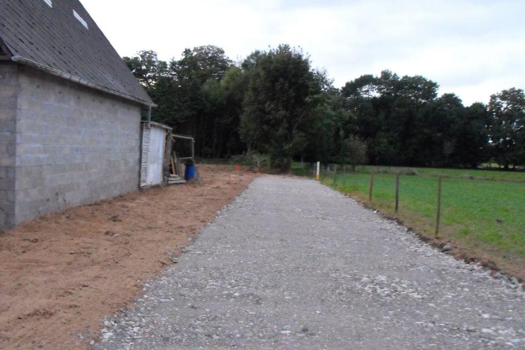 Chemin d'accès au terrain d'environ 100m.