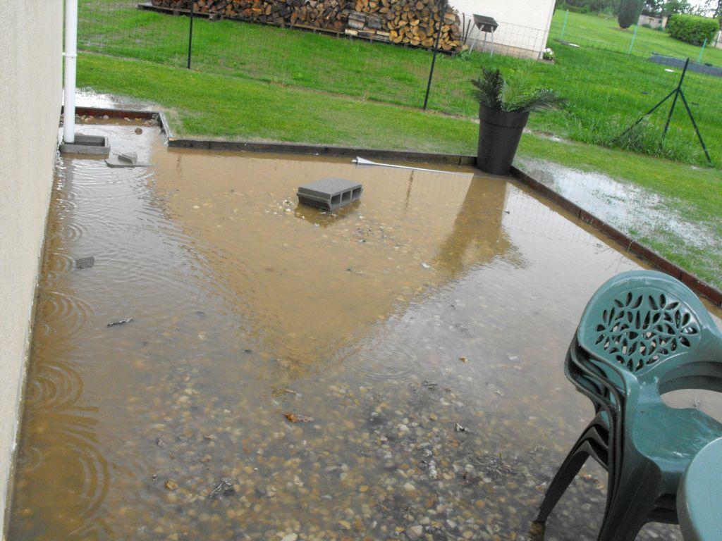 Notre terrasse avant . Il pleut beaucoup en Normandie!