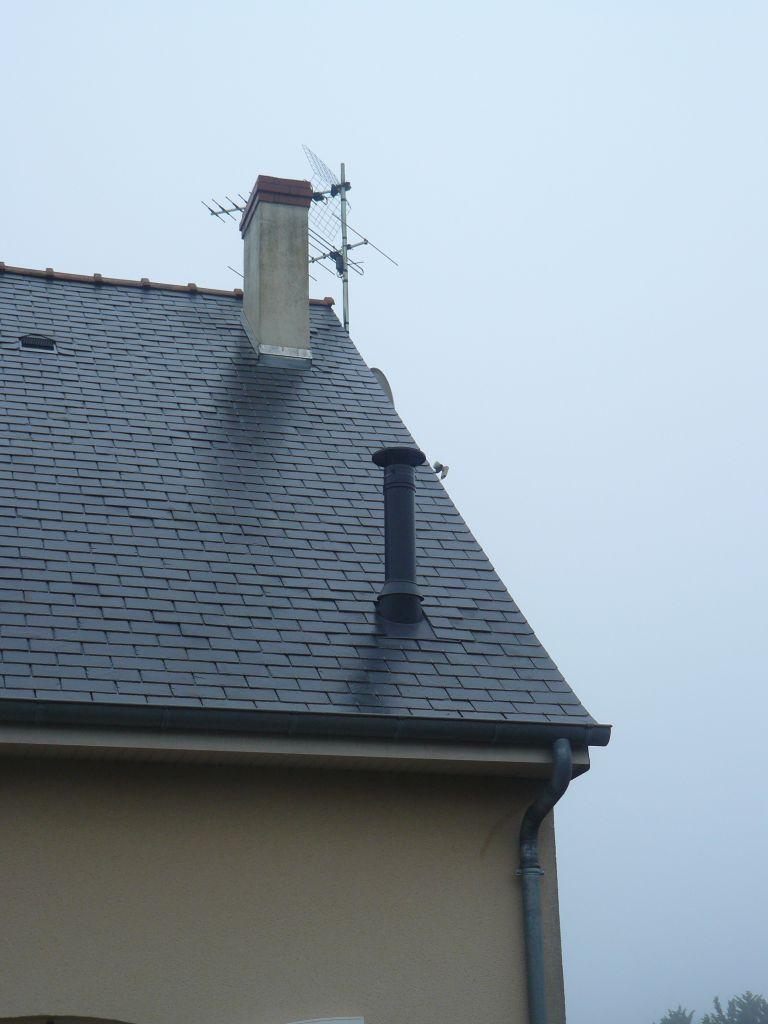 Conduit extérieur noir du poêle à granulé (au dessus notre conduit de cheminée non utilisé)