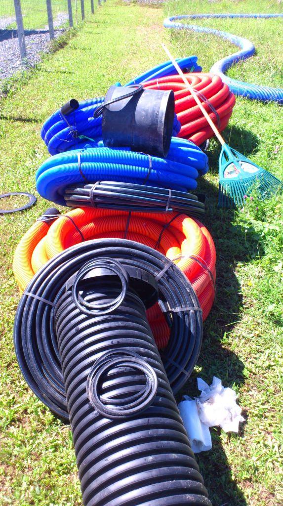 """Matos a enterrer dans l'ordre: la gaine en 200mm entourer par du """"roulé"""". J'ai préféré au sable. Puis gaine électrique pour l'alimentation de l'abris de jardin et de la pompe immergé du puits artésien, après gaine bleu pour l'eau du puits jusqu?à la nourrice de la maison (elle ira à l'abris voiture)et encore gaine bleu pour l'eau de pluie pour l'usage """"sanitaire au minimum"""" jusqu'à sa nourrice dans la maison. le tout bien sur avec les grillages avertisseurs réglementaire...je sais, il fallait faire court"""