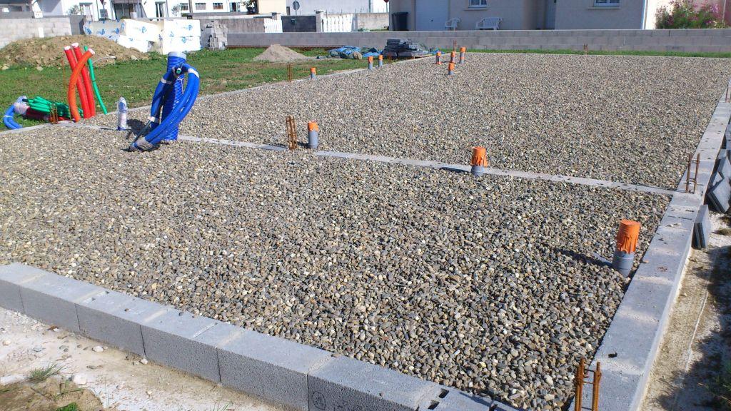 Bon , l'ouvrier est venu étendre le gravier il y a une semaine et depuis plus rien ! Les planelles sont posées à terre en attendant que quelqu'un les poses ?