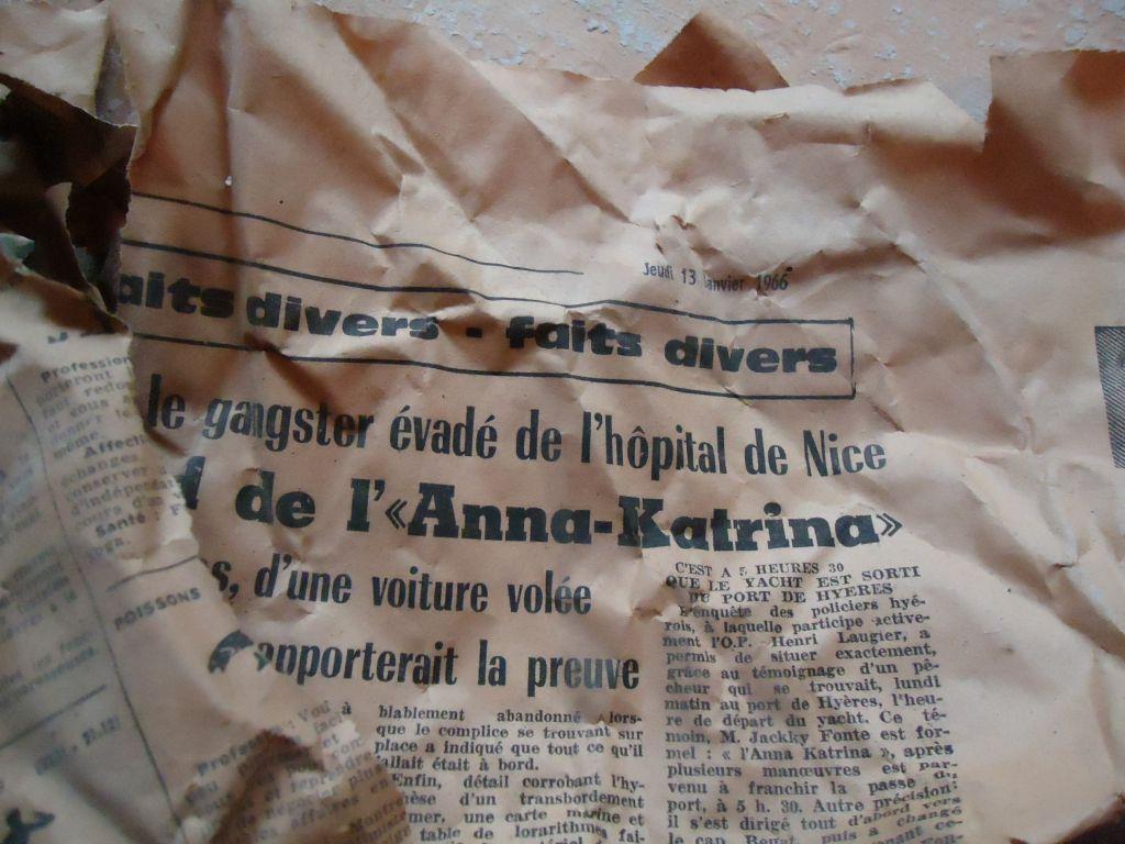 Ces journaux bouchaient les conduits des cheminées. <br /> Ils ont été placés en 1966...