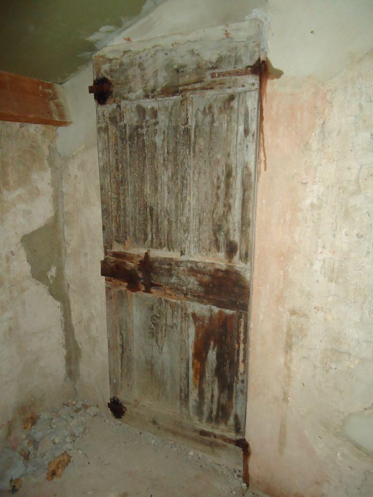 Cette porte donnée chez la maison mitoyenne à l?époque.