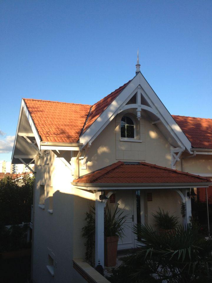 La maison neuve Arcachonnaise type. Tuiles et travail des charpentes caractéristique.