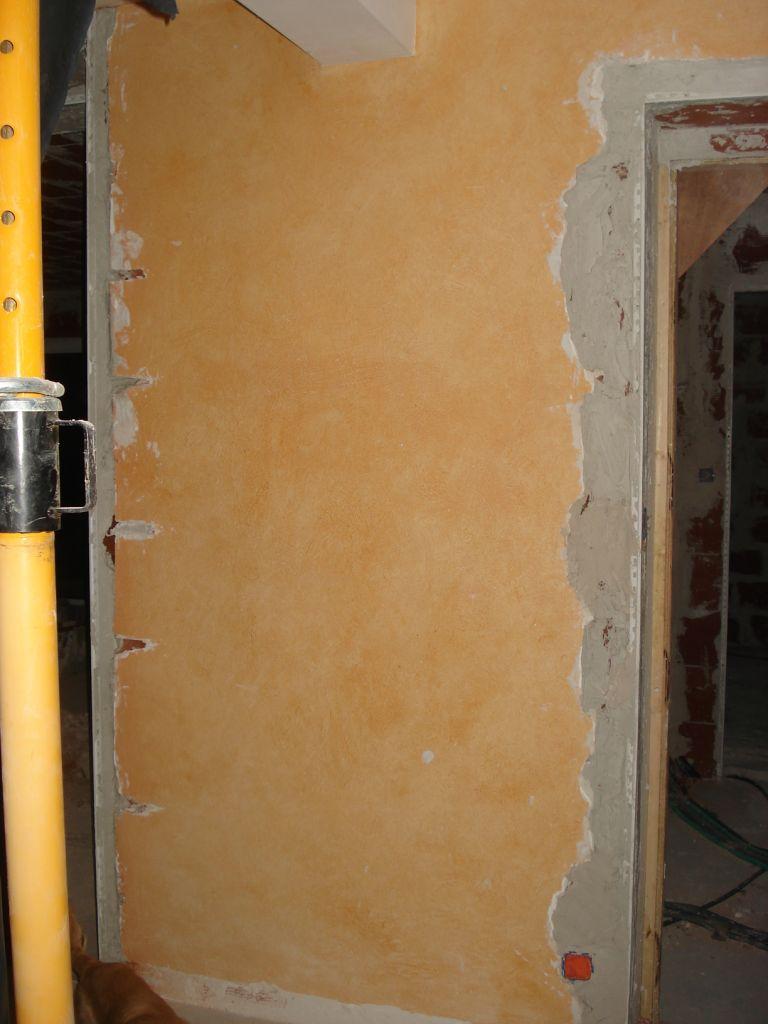 Voici ce qui nous reste de notre grand mur... <br /> Ce sera l'emplacement du poêle à bois.