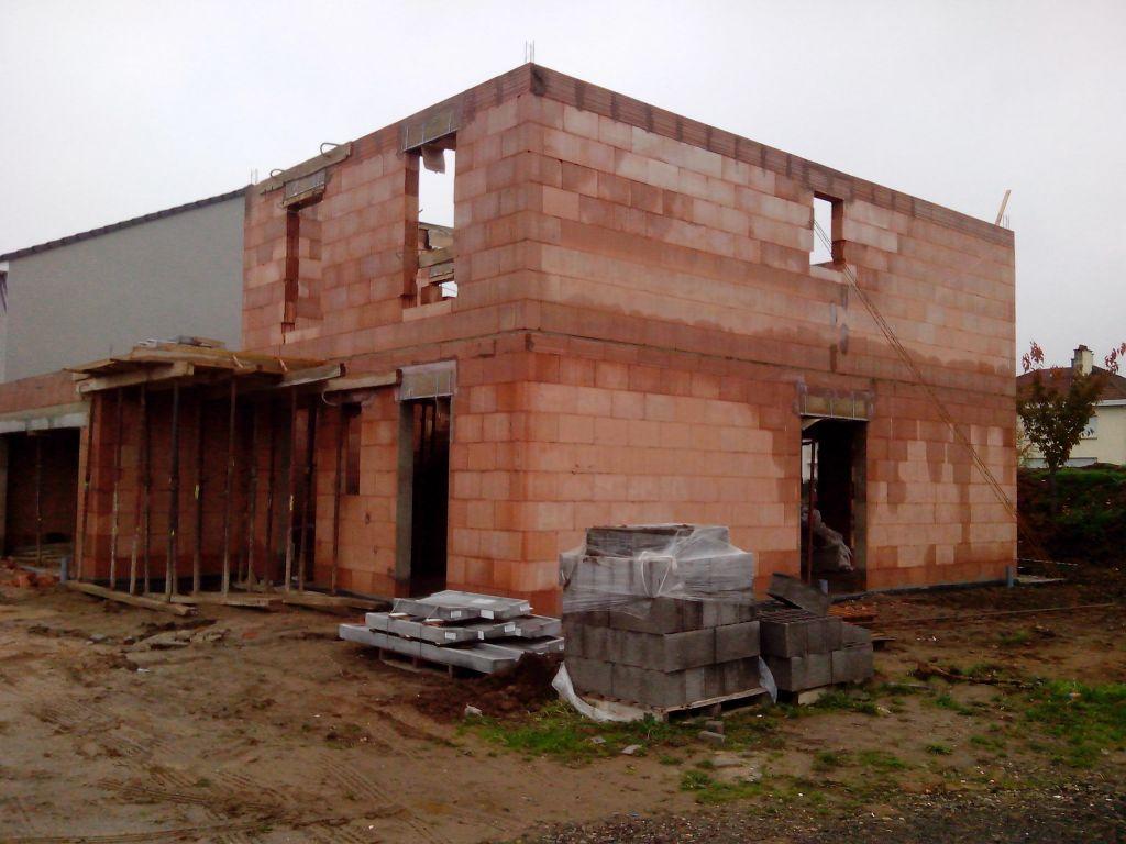 Vue du sud-est avec les murs de l'étage montés