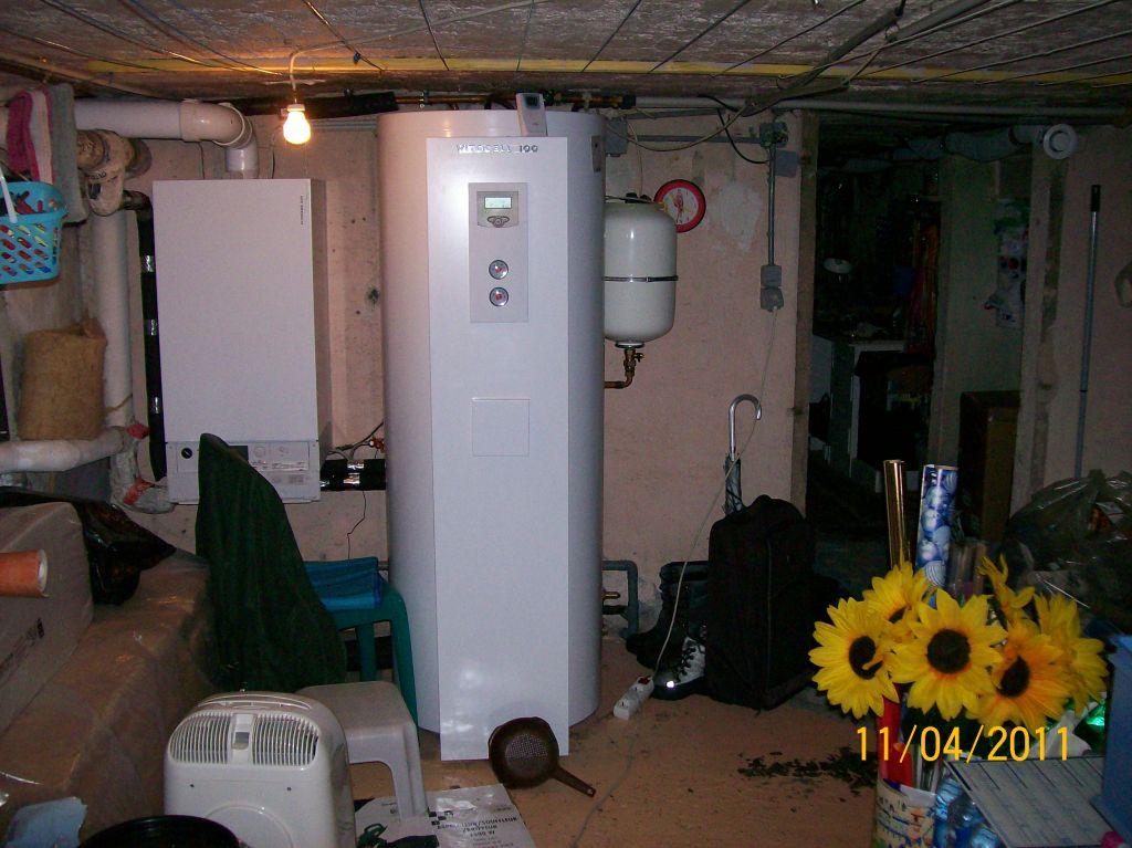 Sous-sol: à gauche, chaudière à condensation, à droite, ballon eau chaude solaire, de marque Viessmaan.