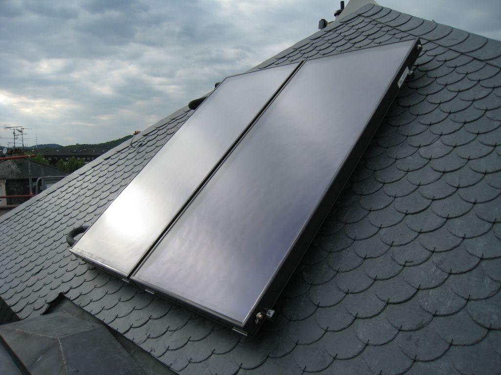 Toit: installation du panneau thermique solaire.