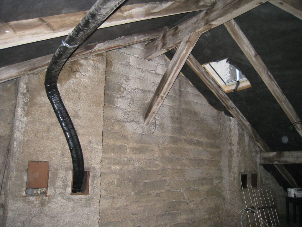 Grenier vide: liaison entre le panneau solaire et le ballon eau chaude en passant par la cheminée.