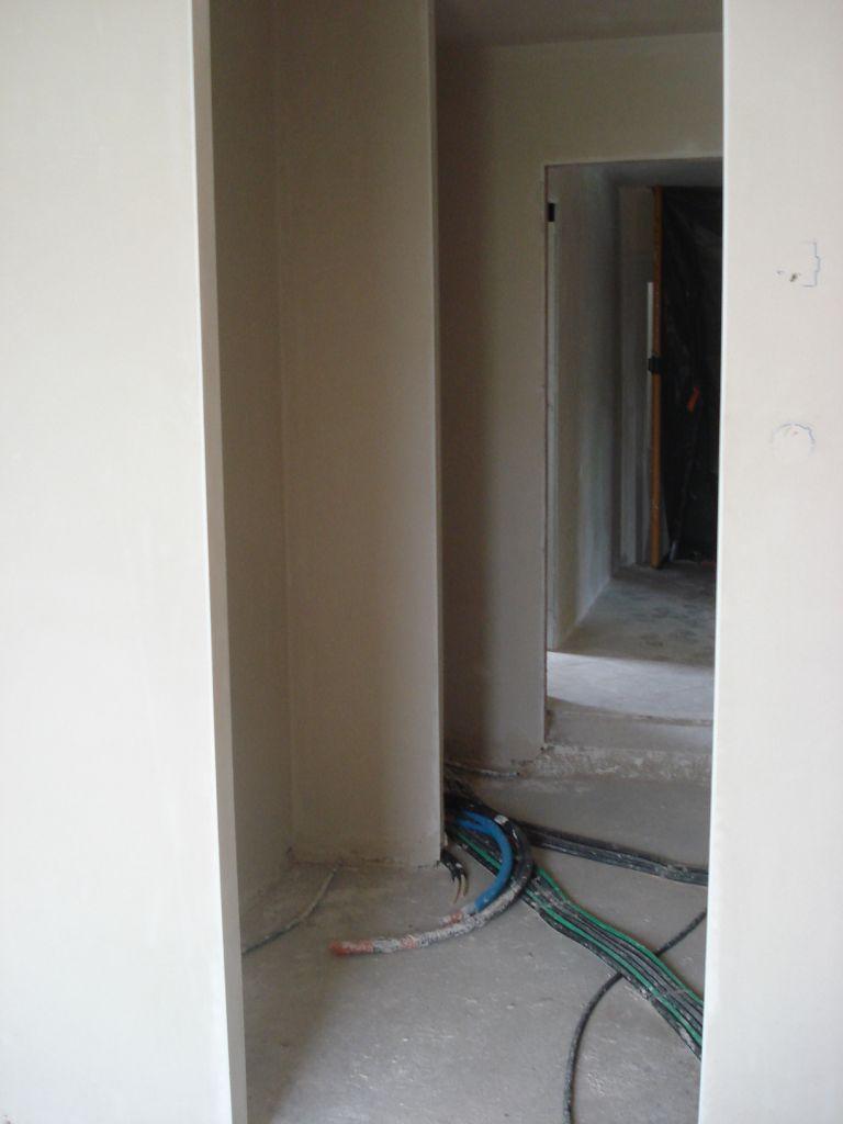 vue de l'intérieur de la chambre (couloir-dressing avec chauffe eau