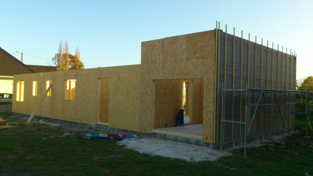 Tous les murs extérieurs sont debout, la porte du garage à la bonne dimension.