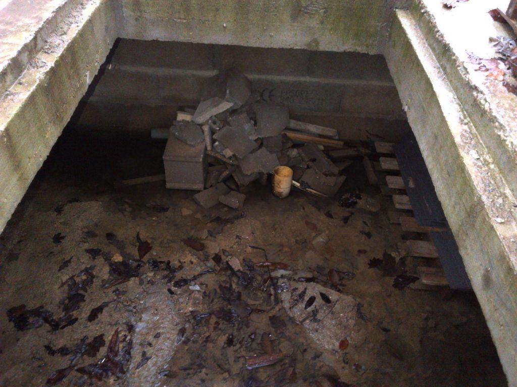 vide sanitaire du garage extérieur, sans plaque et avec détritus...!!